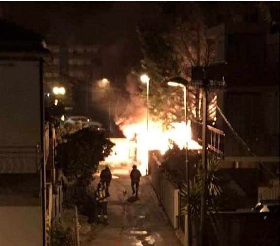 """Montesilvano, a fuoco deposito di cassette in via Tavo: """"Allarme cittadini inascoltato"""" FOTO"""