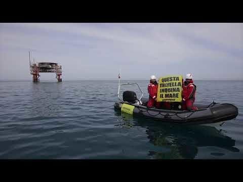 Stop trivelle: striscioni di Greenpeace nella piattaforma Fratello Cluster VIDEO