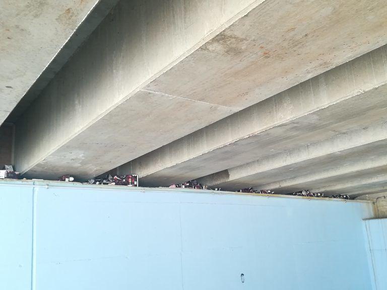 Pineto, allarme rifiuti: resti di bravate sotto al ponte