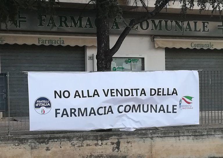 Città Sant'Angelo: striscione contro la vendita della farmacia