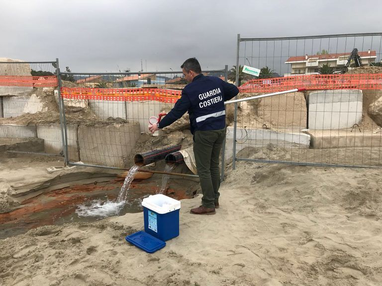 Pescara Sud, mare rosso: ancora attesa per gli esami sugli scarichi