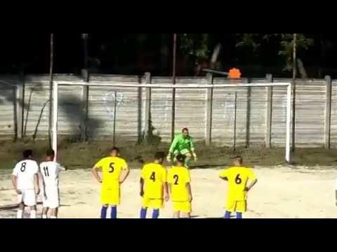 """Il telecronista """"coperto"""" dal sole racconta un gol che non c'è. Il VIDEO diventa virale"""
