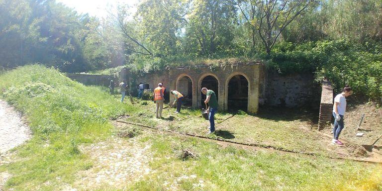Roseto, volontari e migranti ripuliscono l'antica Fonte dell'Accolle  FOTO