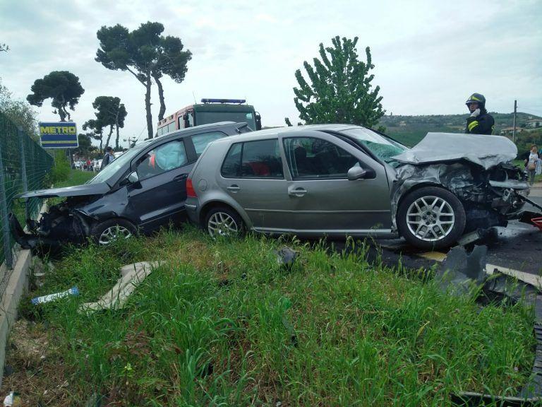 Roseto, scontro tra due auto sulla SS16: Cinque feriti FOTO