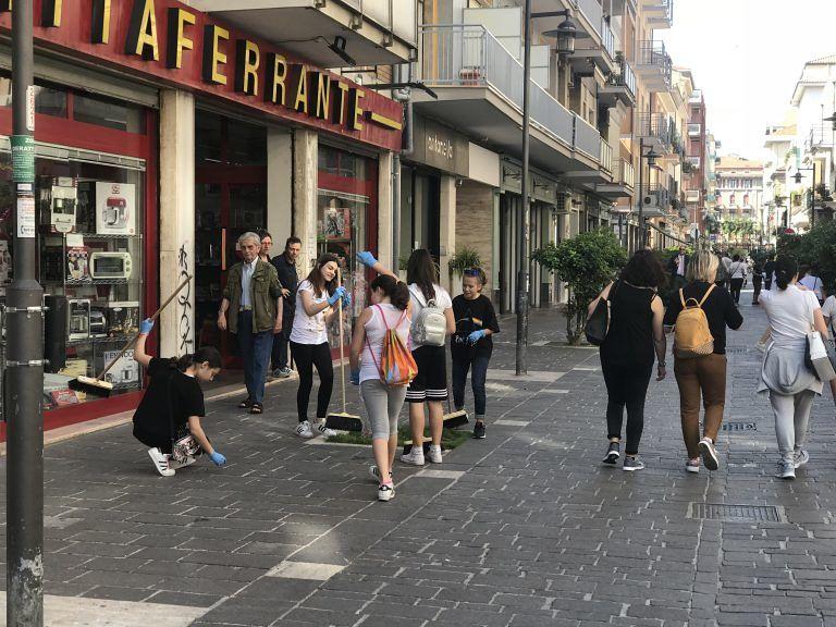 Pescara, 6000 sigarette raccolte in via Roma