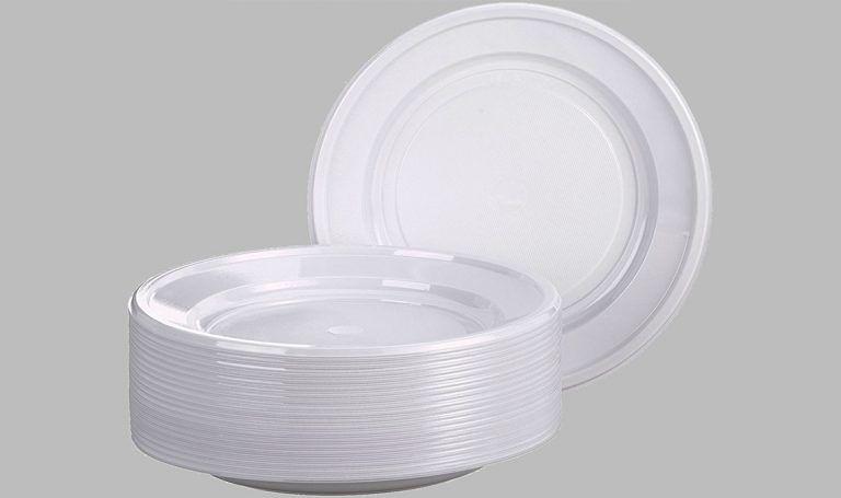 Lotta all'inquinamento: Ue pronta a vietare piatti e posate di plastica