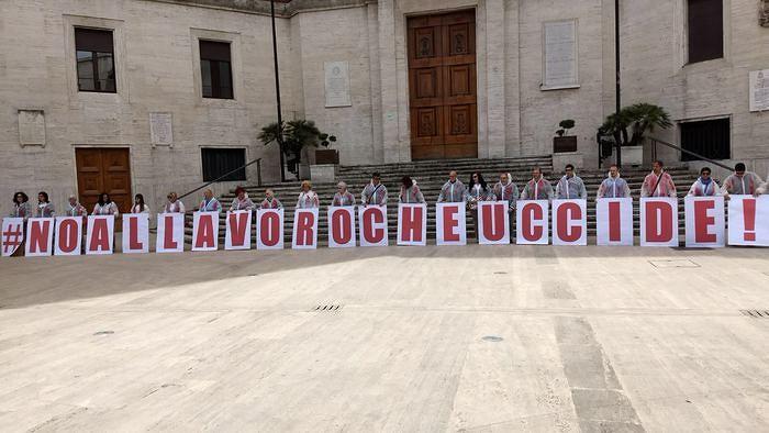 Primo Maggio, flash mob a Pescara contro le morti sul lavoro