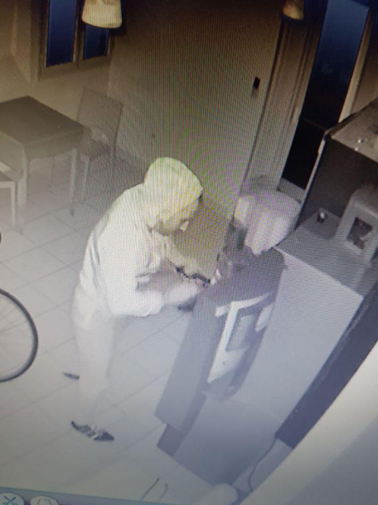 Il ladro forza il distributore automatico VIDEO