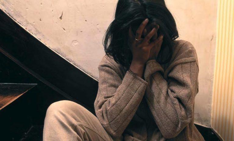Pescara, prende a testate la moglie e l'aggredisce davanti ai poliziotti: arrestato