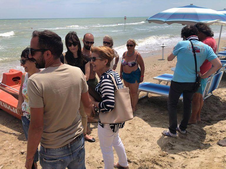 Alba Adriatica, sopralluogo in spiaggia del sindaco tra operatori e turisti