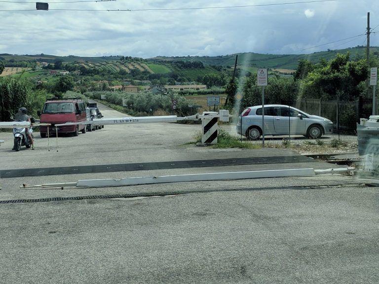 Mosciano, abbattuta la sbarra del passaggio a livello: disagi al traffico stradale e ferroviario