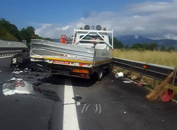 L'Aquila, auto si schianta contro un mezzo di Strada dei Parchi: tragedia sfiorata