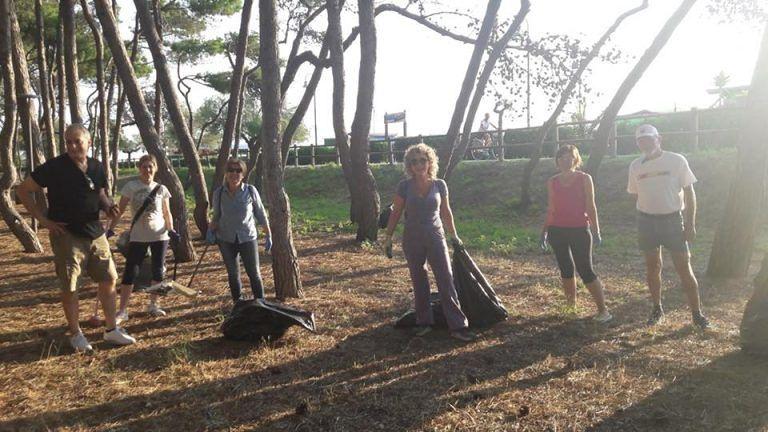 Alba Adriatica, sindaco, amministratori e volontari puliscono la pineta