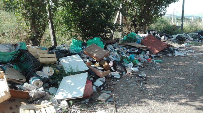 Giulianova, oltre 50 tonnellate di rifiuti abbandonate nell'ex Saig a due passi dal Tordino (FOTO)