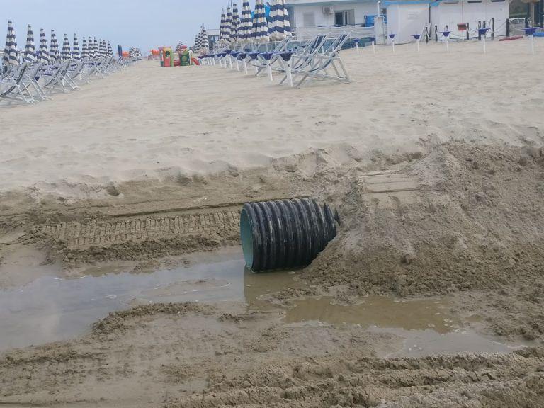 Tortoreto, il canale di raccolta delle acque sulla spiaggia che fa discutere FOTO