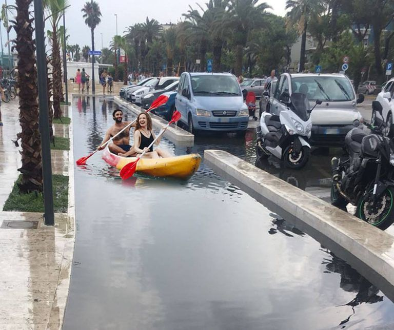 Roseto, pista ciclabile trasformata in 'piscina': ironia sui social