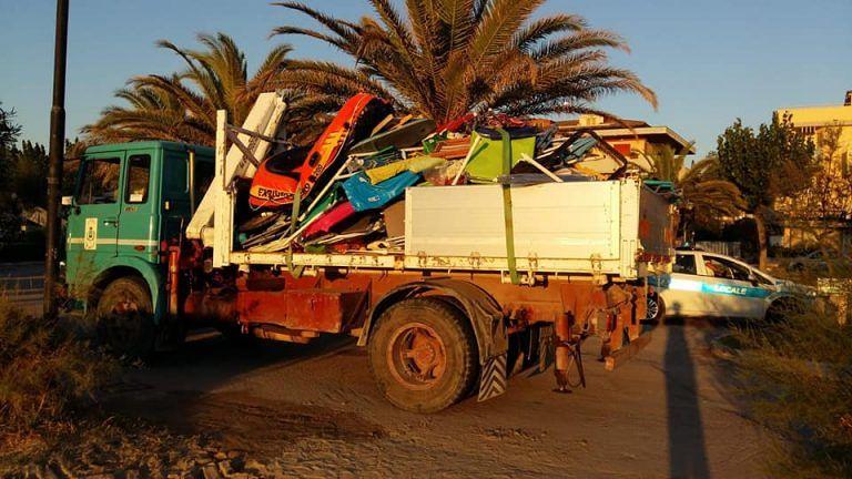 Alba Adriatica, maxi-sequestro di ombrelloni e sdraio sulla spiaggia libera FOTO
