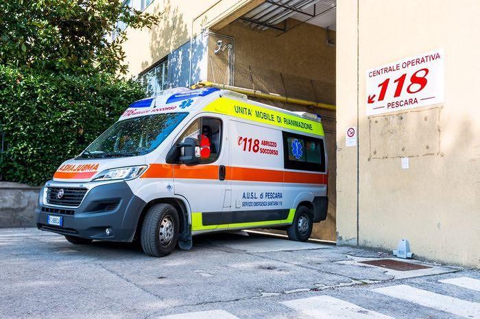 Pescara, si schianta contro un'auto sulla riviera: motociclista perde un piede