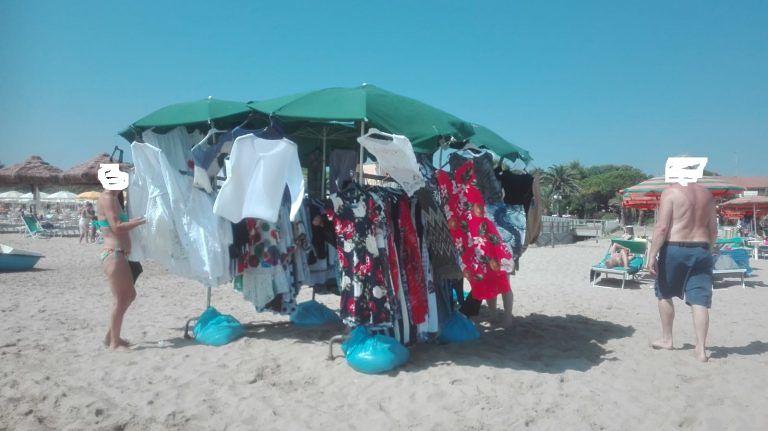 Tortoreto, la spiaggia si popola di turisti ma anche di venditori abusivi FOTO