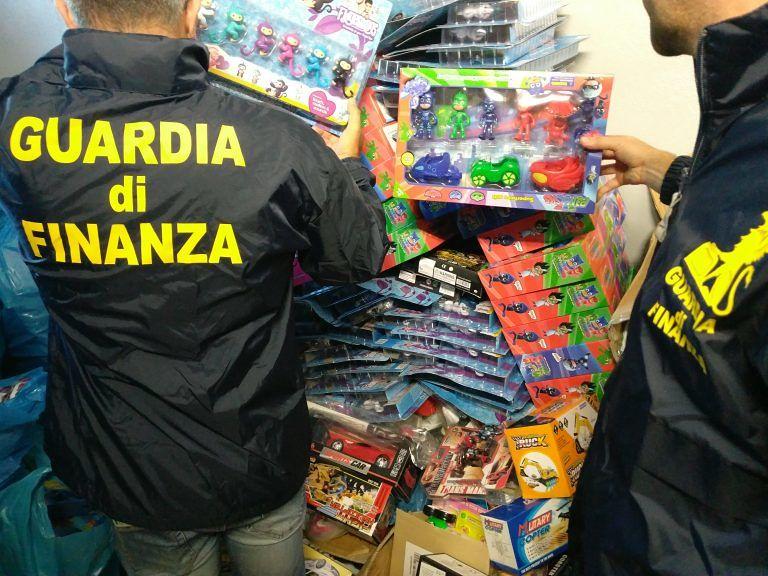 Pescara: slime, bambole e supereroi contraffatti: sequestrati 1,2 milioni di giocattoli pericolosi VIDEO