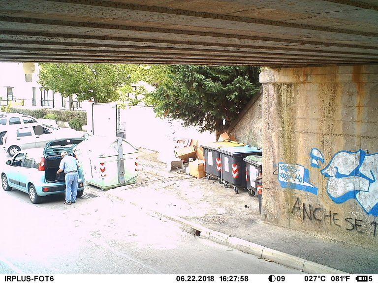 """Montesilvano, abbandono rifiuti: altri 17 """"presi"""" dalle fototrappole FOTO"""
