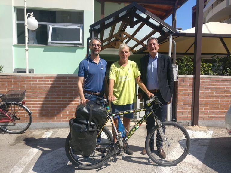 Alba Adriatica, a 81 anni gira il mondo in bicicletta: il viaggio di Janus River FOTO