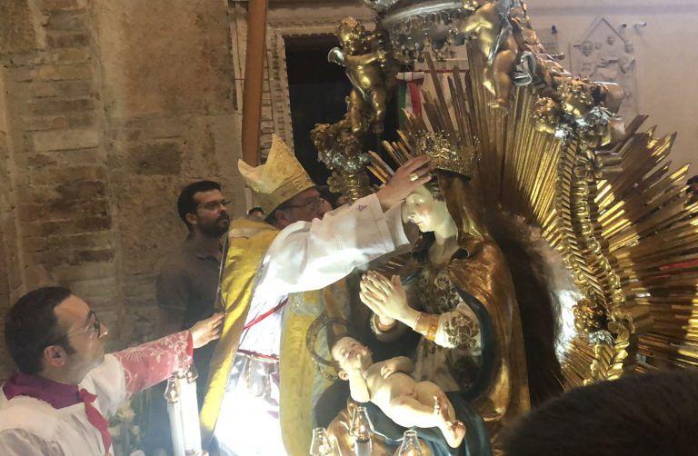 Teramo, folla di fedeli a salutare il ritorno della Madonna col Bambino FOTO VIDEO