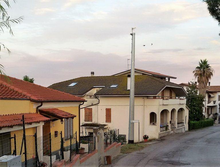 Tortoreto, traliccio dell'alta tensione piazzato a Cavatassi: il palo che fa discutere FOTO
