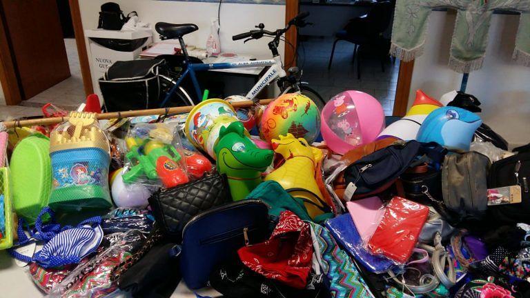 Alba Adriatica, costumi, giocattoli e borse: nuovi sequestri in spiaggia