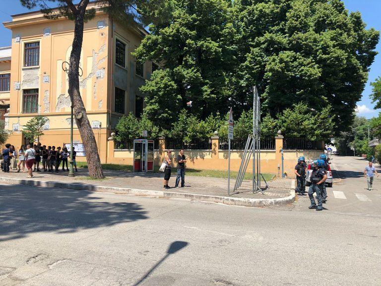 Teramo, tafferugli davanti al tribunale tra polizia e anarchici FOTO VIDEO