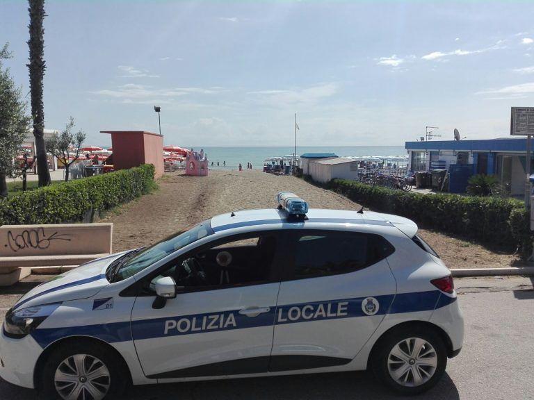 Alba Adriatica, controlli sulla riviera per il commercio abusivo: abbandonata merce sulla spiaggia
