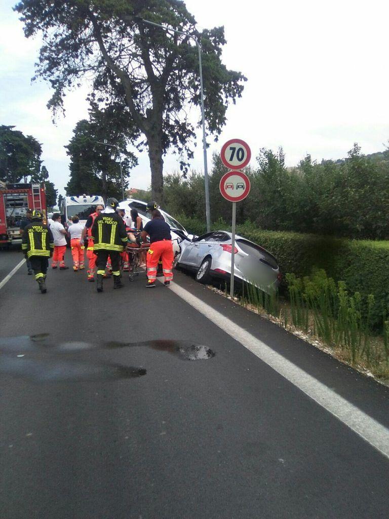 Pineto, carambola sulla ss16: tre auto finiscono fuori strada FOTO