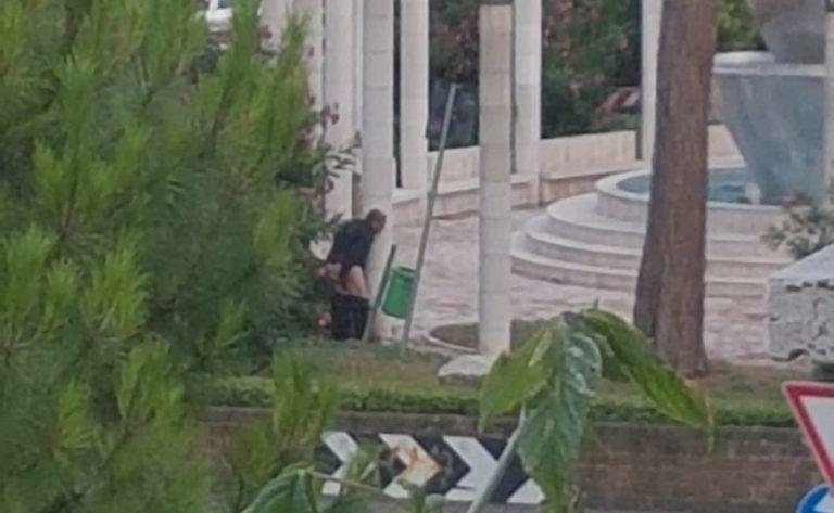 Pescara, degrado in piazza San Francesco: uomo defeca nelle aiuole FOTO