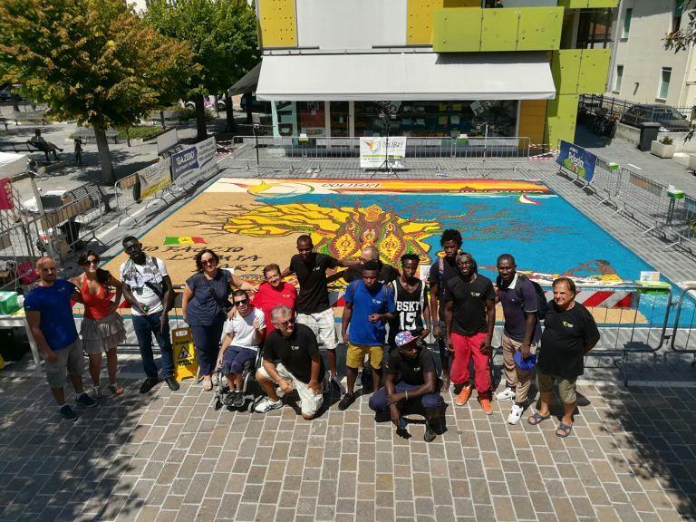 Giulianova, quadro di colori in piazza Fosse Ardeatine realizzato da infioratrici e ragazzi richiedenti asilo