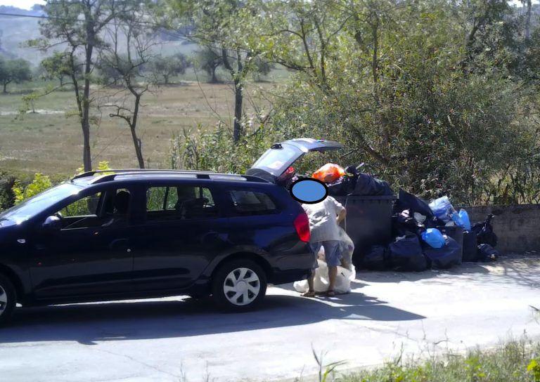 """Pineto, rifiuti: trentasette persone """"fototrappolate"""". Sanzioni dalla Polizia Locale FOTO"""