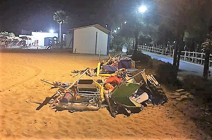 Alba Adriatica, pulizia notturna delle spiagge: rimossi ombrelloni lasciati sui tratti liberi FOTO
