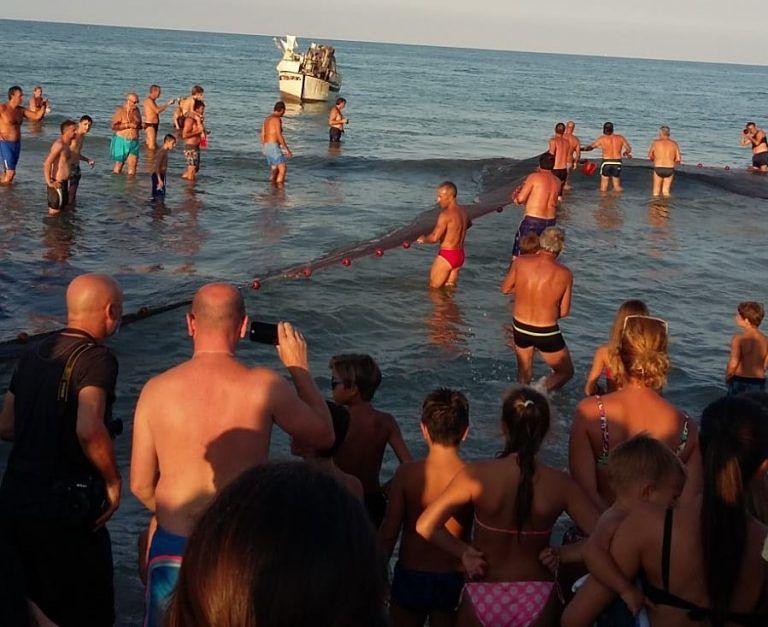 Tortoreto, spiaggia gremita per la rievocazione della sciabicata FOTO VIDEO