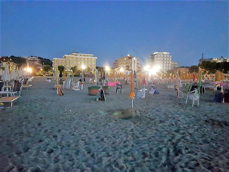 Occupazione spiagge libere: maxi-sequestro di ombrelloni e sdraio a Martinsicuro, Pineto, Alba e Roseto