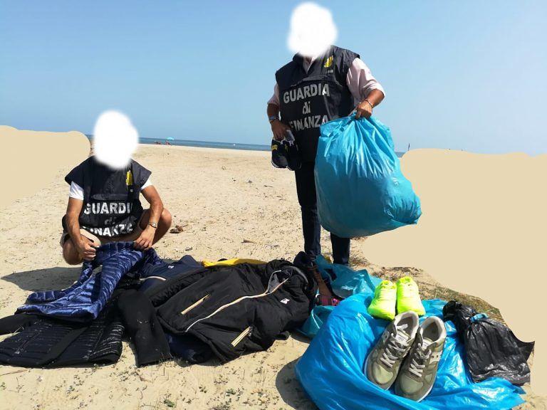 Alba Adriatica, commercio abusivo. Maxi-sequestro sulla spiaggia con multe e denunce FOTO