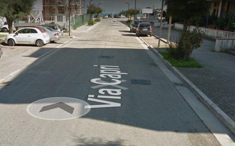 Martinsicuro, via Capri: strada al buio e auto che sfrecciano. La protesta