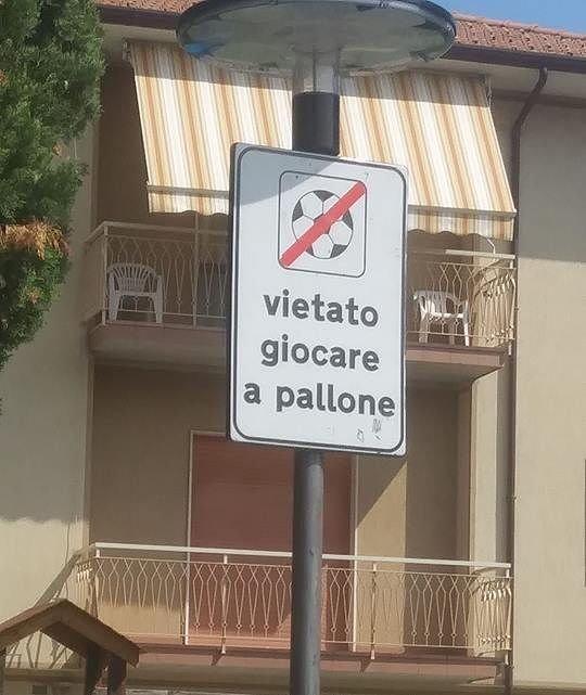"""""""Vietato giocare a pallone"""": scoppia la polemica al Quartiere dei Poeti di Pineto"""