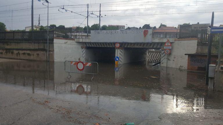 Maltempo Giulianova, sottopasso allagato con auto bloccata e traffico in tilt FOTO