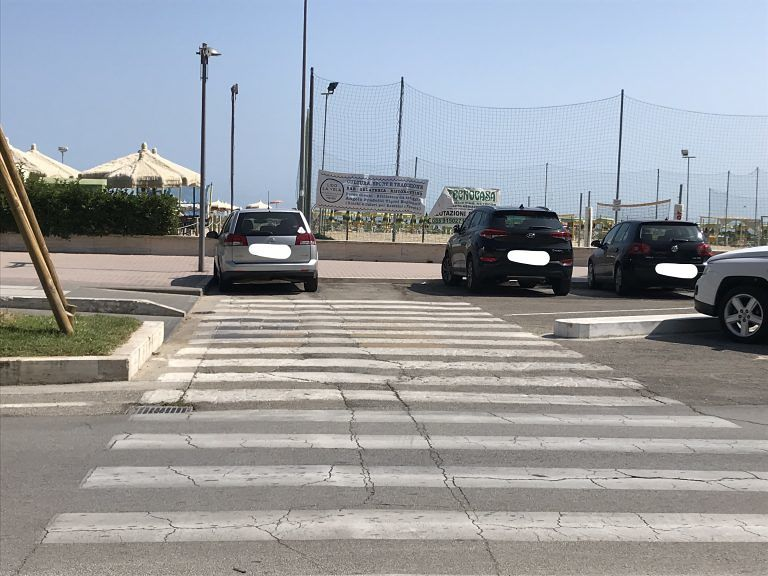 Roseto, parcheggi nella pista ciclabile: la segnalazione FOTO