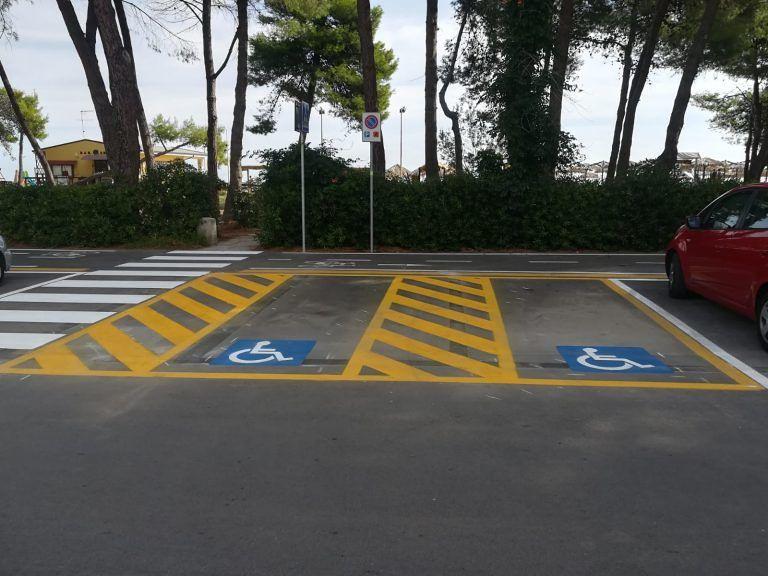 Silvi, sistemati i parcheggi disabili in via Forcella