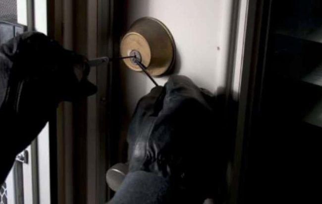 Pescara, tentano di rubare in appartamento: messe in fuga dal proprietario e arrestate