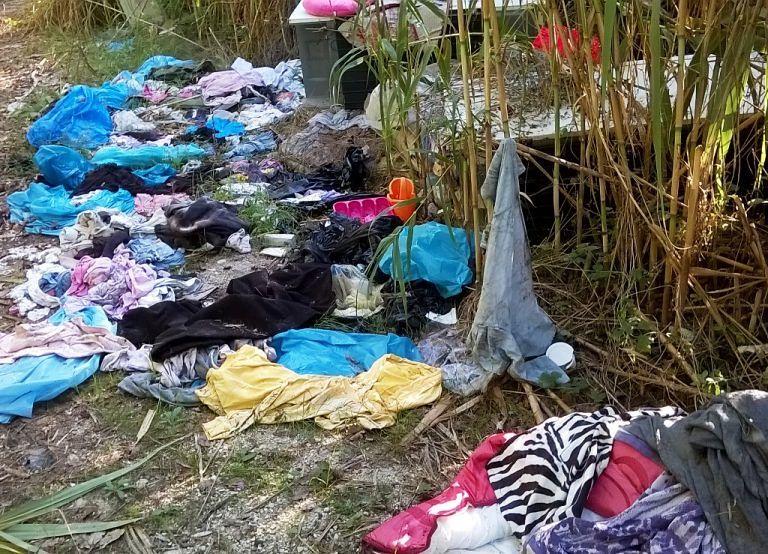 Alba Adriatica, rifiuti abbandonati a ridosso del Vibrata: la segnalazione FOTO
