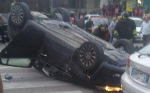 Montesilvano, auto si ribalta sulla Vestina: 5 feriti FOTO