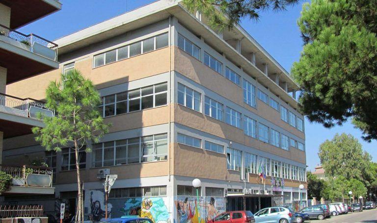 Pescara, ascensore rotto al liceo Misticoni: uno studente disabile protesta