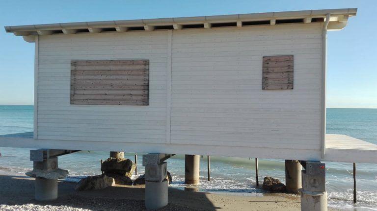 Cologna, il Comune chiede il dissequestro dello chalet sul mare. Ma la Procura ancora non decide