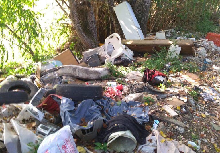 Alba Adriatica, rifiuti abbandonati sul Vibrata. M5S: nuova discarica, vecchia storia
